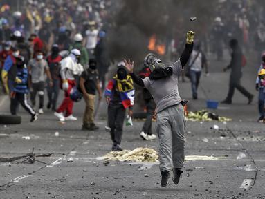 Demonstran bentrok dengan polisi selama protes anti-pemerintah di tengah perayaan Hari Kemerdekaan Kolombia, di Cali, Selasa (20/7/2021). Warga Kolombia kembali turun ke jalan ketika pemerintah secara resmi mengajukan RUU reformasi pajak $3,95 miliar kepada Kongres. (AP Photo/Andres Gonzalez)