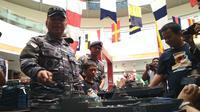 Komandan Pangkalan TNI AL Cirebon Lektol Laut (P) Agung Nugroho memberikan pengetahuan tentang kapal perang TNI AL. Foto (Liputan6.com / Panji Prayitno)