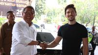 Menteri Komunikasi dan Informatika, Rudiantara berjabat tangan dengan pendiri sekaligus CEO Telegram, Pavel Durov setibanya di kantor Kemenkominfo, Jakarta, Selasa (1/8). (Liputan6.com/Angga Yuniar)