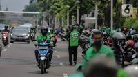 Pengemudi ojek online membawa barang pesanan yang akan diantar di kawasan Kenari Mas, Jakarta, Senin (13/4/2020). Walaupun regulasi pengangkutan penumpang untuk ojek  online masih belum jelas, tampak sejumlah pengemudi motor ojek online lebih memilih mengangkut barang. (Liputan6.com/Faizal Fanani)