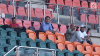 Pelatih Timnas Malaysia U-23, Ong Kim Swee (tengah) menyaksikan langsung laga Uzbekistan melawan Bahrain pada PSSI Anniversary Cup 2018 di Stadion Pakansari, Kab Bogor, Senin (30/4). Laga kedua tim berakhir imbang 3-3. (Liputan6.com/Helmi Fithriansyah)