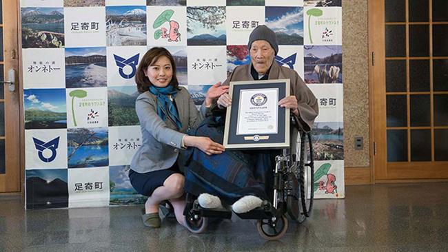 Masazo menerima penghargaan dari guinness world records/copyright guinnessworldrecords.com