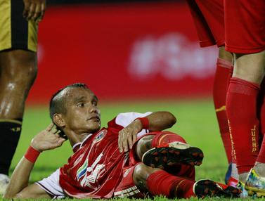 FOTO: Aksi Nyeleneh Riko Simanjuntak Saat Jadi Pagar Betis Tidur di Laga Persija Jakarta Vs Bhayangkara Solo FC