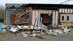 Sebuah bangunan rusak parah akibat tornado yang melanda Alabama, Sabtu (26/12/2015). Letnan Polisi Birmingham Sean Edwards mengatakan sedikitnya ada tiga orang dilarikan ke rumah sakit un¬tuk mendapatkan pengobatan luka ringan. (Reuters/ Marvin Gentry)