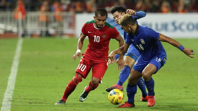 Gelandang Timnas Indonesia, Zulham Zamrun (kiri) mencoba melewati dua pemain Thailand saat laga final kedua Piala AFF 2016 di Rajamangala National Stadium, Bangkok, Sabtu (17/12). Thailand menang 2-0. (Liputan6.com/HelmiFithriansyah)