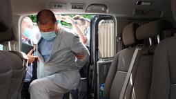 Taipan media Hong Kong, Jimmy Lai masuk ke dalam mobil setelah ditangkap di rumahnya di Hong Kong, Senin (10/8/2020). Pendiri surat kabar lokal Apple Daily itu ditangkap atas tuduhan pelanggaran Undang-Undang Keamanan Nasional Hong Kong karena dianggap berkolusi dengan kekuatan asing. (AP Photo)