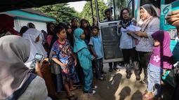 Petugas Disdukcapil mendata anak-anak untuk pembuatan Kartu Identitas Anak (KIA) di Pondok Aren, Tangerang Selatan, Jumat (16/11). Disdukcapil mencatat anak usia nol hingga 18 tahun ada sekitar 355.296 orang. (Liputan6.com/Fery Pradolo)