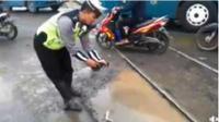 Aksi Lucu Polisi Demak Protes Jalan Rusak. (Liputan6.com/Facebook Suryo Adhi)