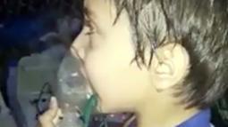 Seorang balita menghirup oksigen setelah diduga terkena serangan senjata kimia di Kota Douma, dekat Damaskus, Suriah, Minggu (8/4). Tim medis mengatakan korban kesulitan bernapas dan mata seperti terbakar. (Syrian Civil Defense White Helmets via AP)