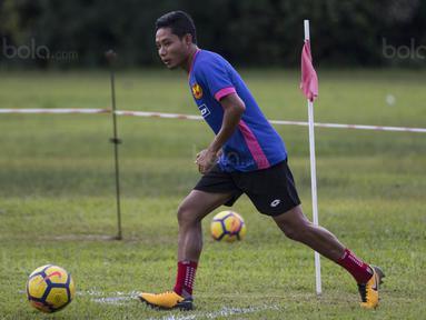 Gelandang Selangor FA, Evan Dimas, mengontrol bola saat latihan di Lapangan SUK, Selangor, Sabtu (3/2/2018). Selangor FA bersiap jelang laga perdana Liga Super Malaysia melawan Kuala Lumpur FA. (Bola.com/Vitalis Yogi Trisna)