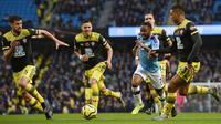 Winger Manchester City, Raheem Sterling, saat coba melewati kawalan pemain Southampton pada laga pekan ke-11 Premier League, di Stadion Etihad, Sabtu (2/11/2019). (AFP/Oli Scarff)