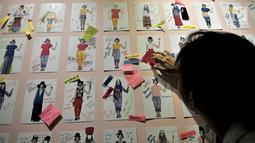 """Pengunjung berinteraksi dengan salah satu instalasi yang dipamerkan dalam Manifesto 6.0 """"Multipolar: Seni Rupa 20 Tahun Setelah Reformasi"""" di Galeri Nasional, Jakarta, Senin (7/5). (Merdeka.com/Iqbal Nugroho)"""