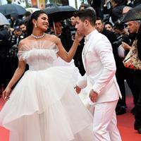 Priyanka Chopra dan Nick Jonas di karpet merah Cannes Film Festival 2019. (CHRISTOPHE SIMON / AFP)