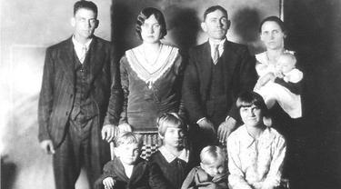 Keluarga Lawson merupakan satu dari banyak kejadian tragis di sejarah Natal dunia. Pada tahun 1929, Charlie Lawson yang berusia 43 tahun menembakkan istri dan anak-anaknya. Masih tak diketahui apa motif yang dilakukan Lawson tersebut. (wunc.org)