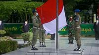 Anggota Satpol PP Pemkab Langkat jadi pengibar bendera pada HUT ke-76 Kemerdekaan RI