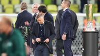 Ole Gunnar Solksjaer tampak lesu usai mendapat pengalungan medali saat Manchester United dikalahkan Villarreal di final Liga Europa. (Michael Sohn / AFP / POOL)