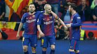 Kapten Barcelona, Andres Iniesta (tengah) melakukan selebrasi bersama Jordi Alba dan Lionel Messi usai mencetak gol ke gawang Sevilla di final Copa del Rey di stadion Wanda Metropolitano di Madrid (21/4). Barcelona menang 5-0.  (AP Photo / Paul White)