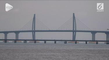 China resmi memiliki jembatan laut terpanjang di dunia. Jembatan sepanjang 55 kilometer ini menghubungkan China daratan, Macau, dan Hong Kong.