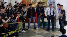 Pelaku penyenderaan Alchie Paray (kanan) berbicara kepada awak media di V-Mall, Manila, Filipina, Senin (2/3/2020). Alchie Paray keluar dari bangunan pada Senin malam bersama para sanderanya yang kemudian diamankan oleh pihak kepolisian. (AP Photo/Aaron Favila)