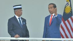 Presiden Joko Widodo berbincang dengan Raja Malaysia Yang Dipertuan Agong XVI Al-Sultan Abdullah di Istana Bogor Jawa Barat, Selasa (27/8/2019). Keduanya akan membahas empat poin untuk menguatkan hubungan antara Indonesia dan Malaysia. (Liputan6.com/Pool/Seskab:Abdurahman)