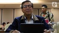 Menkumham Yasonna Laoly mengikuti Rapat Kerja dengan Badan Legislasi (Baleg) DPR dalam rapat kerja di Kompleks Parlemen, Senayan, Kamis (16/1/2020). Rapat membahas 50 rancangan undang-undang (RUU) yang masuk Program Legislasi Nasional (Prolegnas) prioritas tahun 2020. (Liputan6.com/Johan Tallo)