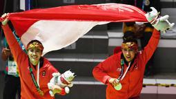 Pesilat Indonesia, Ayu Sidan Wilantari dan Ni Made Dwiyanti, melakukan selebrasi usai menjadi juara pada Asean Games di Padepokan TMII, Jakarta, Rabu (29/8/2018). Ayu/Made berhasil meraih emas pada nomor seni ganda putri. (Merdeka.com/Imam Buhori)