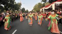 Penari Ondel-Ondel memeriahkan Jakarnaval 2018 di Jalan Medan Merdeka Selatan, Jakarta, Minggu (8/7). Karnaval dimeriahkan oleh beragam atraksi dan pawai budaya Nusantara. (Merdeka.com/Iqbal S Nugroho)