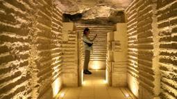 Seorang pengunjung melihat bagian dalam Step Pyramid atau Piramida Bertingkat di nekropolis Saqqara, Provinsi Giza, Mesir, Kamis (5/3/2020). Piramida Bertingkat diperkirakan telah berumur 4.700 tahun. (Xinhua/Ahmed Gomaa)