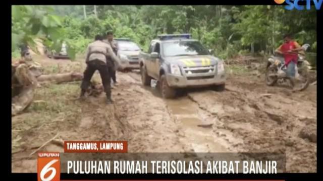 Petugas terus membersihkan sejumlah fasilitas umum seperti gedung sekolah yang direndam lumpur.