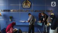 Pemohon paspor sedang mengisi data diri di kantor Imigrasi kelas 1 TPI Jakarta Timur, Jumat (11/06/2021). Pemohon yang ingin mengajukan permohonan paspor atau penggantian dibatasi 25 persen, yang harus dilakukan masih sama seperti sebelum Covid-19. (Liputan6.com/Herman Zakharia)
