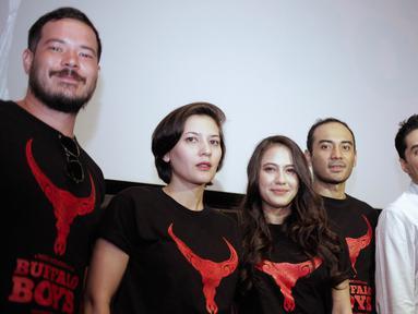 Sejumlah pemain pose bersama saat hadir dalam jumpa pers teaser trailer film Buffalo Boys di Jakarta, Kamis (15/3). Film Buffalo Boys adalah sebuah adventure drama pada masa penjajahan Belanda di Jawa. (Liputan6.com/Faizal Fanani)
