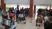 Antrean penumpang terjadi di Bandara Adi Soemarmo, Kabupaten Boyolali, Jawa Tengah pada Sabtu 25 September 2021, pagi.