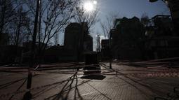 Sebuah taman sepi karena disegel untuk aturan jarak sosial di Seoul, Rabu (16/12/2020). Perdana Menteri Korea Selatan memohon warganya mematuhi aturan jarak sosial untuk menghindari pembatasan yang lebih ketat guna menghadapi gelombang infeksi COVID-19 terbesar di negara itu. (AP Photo/Lee Jin-man)