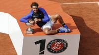 Podium dengan logo 10 sebagai penghargaan atas banyaknya trofi yang diraih Rafael Nadal pada turnamen Prancis Terbuka di Roland Garros stadium, Paris, (11/6/2017). Total Nadal sudah meraih 10 gelar. (AP/Petr David Josek)