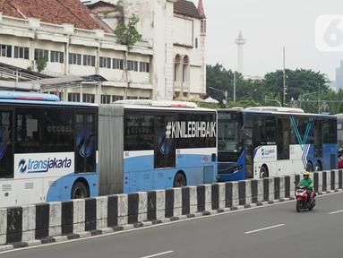 Bus Transjakarta antre saat melintasi Shelter Harmoni, Jakarta, Kamis (5/11/2020). PT Transportasi Jakarta (Transjakarta) menargetkan di tahun 2030 seluruh armada merupakan bus listrik. Diharapkan total bus listrik mencapai 12.120 unit diakhir tahun 2030. (Liputan6.com/Immanuel Antonius)