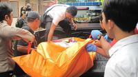 Kepolisian tengah mengevakuasi jasad Sugeng untuk dibawa ke RSUD dr Soedarso, Senin (23/4). (Maulidi Murni/Rakyat Kalbar (Jawa Pos Grup))