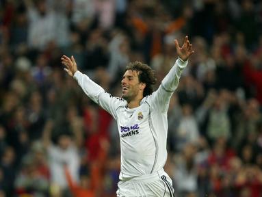 Penyerang Real Madrid Ruud Van Nistelrooy merayakan gol saat pertandingan Liga Champions melawan Steaua Bucharesti di Stadion Santiago Bernabeu, Spanyol, Rabu (1/11/2006). (AFP Photo/Pedro Armestre)