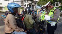 Polisi menindak pengendara sepeda motor yang melanggar aturan lalu lintas di Jalan Pasar Rumput, Manggarai, Jakarta, Selasa (21/7/2020). Polisi akan menggelar Operasi Patuh Jaya 2020 pada 23 Juli sampai 5 Agustus 2020 di seluruh Polda se-Indonesia. (merdeka.com/Imam Buhori)