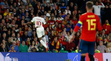 Striker Inggris, Raheem Sterling berselebrasi usai mencetak gol ke gawang Spanyol pada pertandingan  Grup 4 UEFA Nations League 2018 di stadion Benito Villamarin, Sevilla (15/10). Sterling mencetak dua gol di pertandingan ini. (AP Photo/Miguel Morenatti)