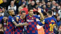 Pemain Barcelona merayakan gol Antoine Griezmann (dua dari kiri) ke gawang Deportivo Alaves pada laga pekan ke-18 La Liga Spanyol, di Camp Nou, Sabtu (21/12/2019). Barcelona pun menang 4-1 atas Alaves. (AFP/Lluis Gene)