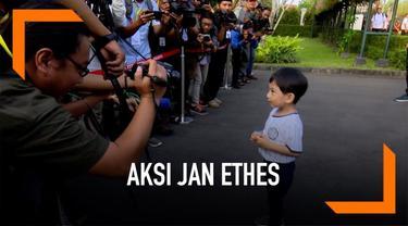 Presiden Joko Widodo singgah di Istana Kepresidenan Gedung Agung Yogyakarta. Disana ia mengajak cucunya Jan Ethes bermain. Jan Ethes sempat meladeni pertanyaan para wartawan.