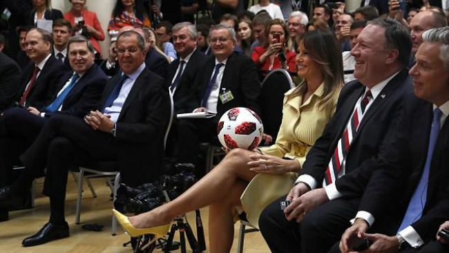 Bola Piala Dunia 2018 pemberian Vladimir Putin yang dilempar oleh Donald Trump kepada Melania memantul di paha atas sang Ibu Negara Amerika Serikat (AP PHOTO)