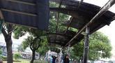 Warga melintasi jalur khusus pejalan kaki di kawasan Kampung Rambutan, Jakarta, Selasa (19/2). Atap rusak yang juga tidak dilengkapi dengan lampu penerangan mengganggu kenyamanan pejalan kaki. (Liputan6.com/Immanuel Antonius)