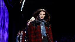 Model Bella Hadid berjalan di atas catwalk membawakan koleksi busana Fall-Winter 2018-19 milik Dsquared2 selama acara Milan Fashion Week, Italia, (14/1). (AP Photo / Luca Bruno)