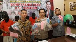 Kapolres Jakarta Selatan Kombes Indra Jafar menunjukkan barang bukti kasus bentrok suporter Persija Jakarta dengan PSM Makassar saat rilis di Polres Jakarta Selatan, Jumat (9/8/2019). Tiga dari delapan tersangka yang diamankan masih di bawah umur. (Liputan6.com/Faizal Fanani)
