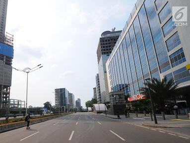 Suasana gedung perkantotan yang tutup di jalan Thamrin, Jakarta, Rabu (22/5). Akibat aksi 22 mei membuat perkantoran di kawasan tersebut terpaksa ditutup dan para karyawan diliburkan. (Liputan6.com/Angga Yuniar)