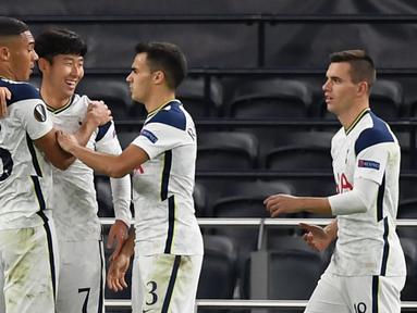 Striker Tottenham, Son Heung-Min, merayakan gol yang dicetaknya ke gawang LASK pada laga Grup J Liga Europa 2020/2021 di Tottenham Hotspurs Stadium, Jumat (23/10/2020) dini hari WIB. Tottenham menang telak 3-0 atas LASK. (AFP/Daniel Leal-Olivas)