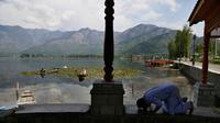 Seorang pria Muslim Kashmir melaksanakan salat di tepi Danau Dal pada hari kedua Ramadan selama penguncian nasional untuk mengendalikan penyebaran virus corona Covid-19, di Srinagar, Kashmir yang dikuasai India, (26/4/2020). (AP Photo/Mukhtar Khan)