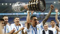Gelandang ArgentinA, Angel Di Maria mengangkat trofi saat ia merayakan dengan rekan setimnya setelah mengalahkan Brasil 1-0 dalam pertandingan final Copa America di stadion Maracana di Rio de Janeiro, Brasil, Minggu (11/7/2021). (AP Photo/Andre Penner)