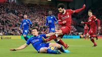 Pemain Leicester City, Harry Maguire berebut bola dengan pemain Liverpool, Mohamed Salah pada laga pekan ke-21 Premier League di Anfield, Sabtu (30/12). Dua gol kemenangan Liverpool dicetak oleh Salah dengan skor akhir 2-1. (Peter Byrne/PA via AP)
